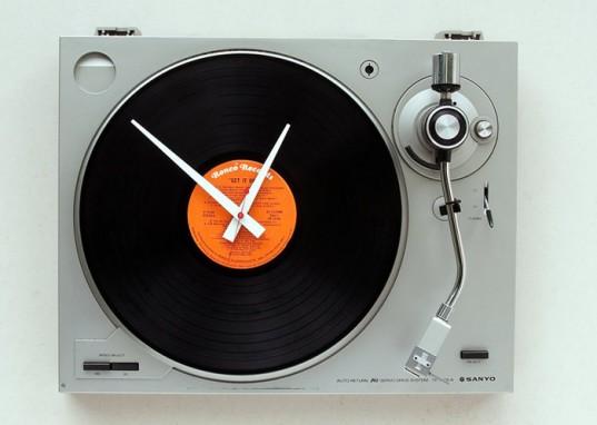 turntable clock 537x382 Orologi dal muro moderni, design da appendere al muro